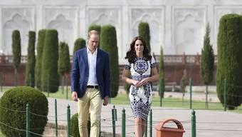 Prinz William (l) und seine Frau Kate haben für die Brandopfer von London gespendet. Hier weilen sie 2016 zu einem Besuch in Indien. (Archiv)