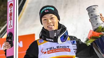 Ryoyu Kobayashi lässt sich in Kuusamo nach seinen ersten beiden Weltcupsiegen feiern.