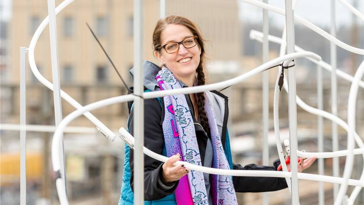 Künstlerin Franziska Furter hilft bei der Installation der Neon-Skulptur mit.
