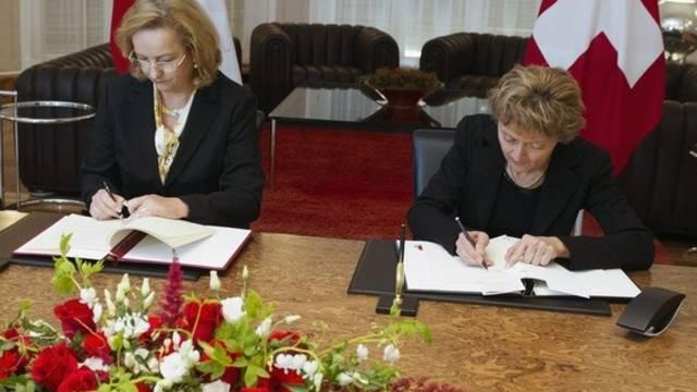 Bundesministerin für Finanzen Maria Fekter (l) und Finanzministerin Eveline Widmer-Schlumpf unterzeichnen das Abkommen