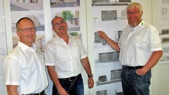 Sie haben angesichts des Erfolgs gut lachen: Präsident Andreas Schüpbach und die beiden Geschäftsleiter Daniel Strebel und Daniel Appert (von links) vor den Bauplänen der Projekte in Merenschwand und Boswil. Eddy Schambron