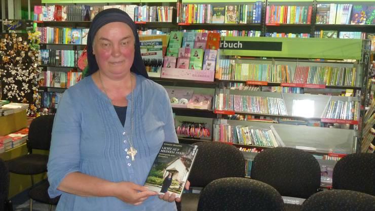 Schwester Benedikta mit ihrem Buch «Licht auf meinem Pfad»