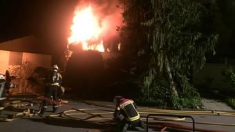 Die Feuerwehr konnte das brennende Haus nur noch von aussen löschen und die Nachbarhäuser schützen.