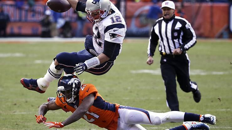 Ein schmerzhafter Nachmittag: New Englands Star-Quarterback Tom Brady (Nummer 12) wird von Denvers Cornerback Aqib Talib über den Haufen gerannt