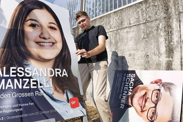 Brugg: Dieter Egli (SP) beim Anbringen der SP-Wahlplakate.