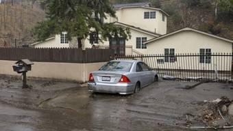Schlamm bedeckte Strasse bei Los Angeles