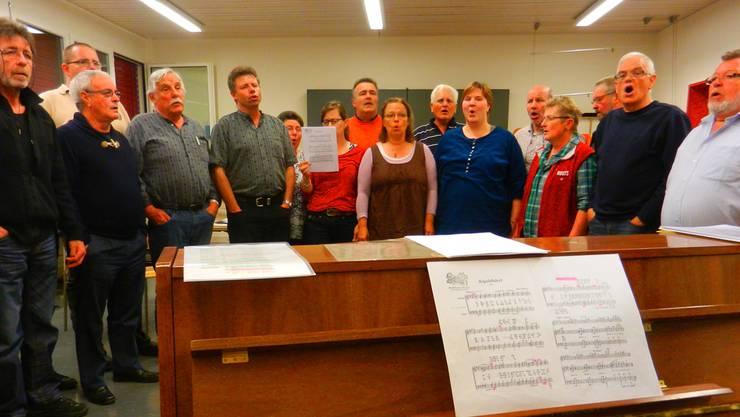 Die Sängerinnen und Sänger des Jodlerklubs Zytröseli sind beim Proben rund ums Klavier postiert.