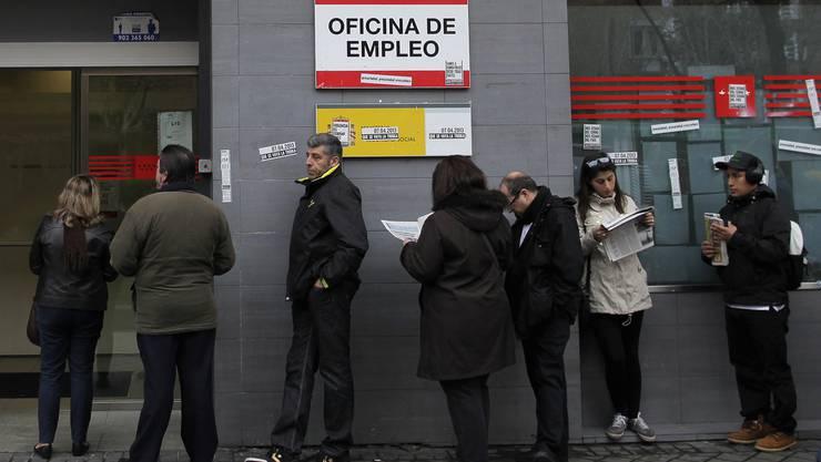 Vor spanischen Arbeitsämtern stehen die Menschen Schlange.
