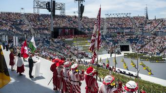 Das grosse Festspiel in der 20 000 Personen umfassenden Arena steht im Mittelpunkt.