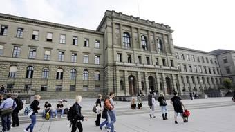 Blick auf das Hauptgebäude der Eidgenössischen Technischen Hochschule.  Die ETH Zürich belegt zusammen mit der ETH Lausanne und der Universität Genf die ersten drei Plätze des Rankings.