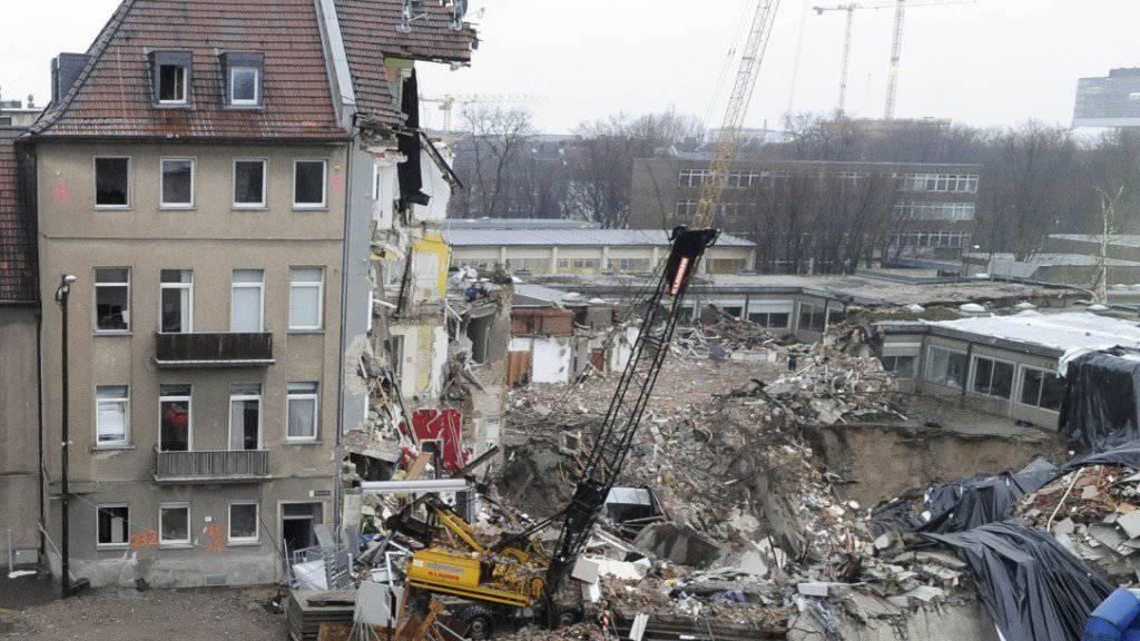 Aufräumarbeiten nach dem Einsturz des Kölner Stadtarchivs. Schuld am Einsturz war ein Fehler beim U-Bahn-Bau. (Archiv)