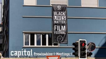 Das Plakat über den Eingang des Capitols lädt zum Black Lives Matter Filmfestival ein.
