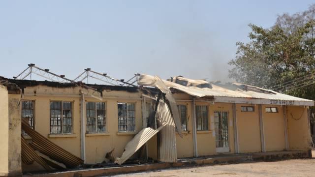 Ein ausgebranntes nigerianisches Haus nach einem Angriff (Archiv)