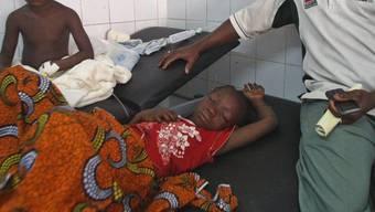 Verletzte Kinder werden nach der Massenpanik in einem Spital in Abidjan behandelt