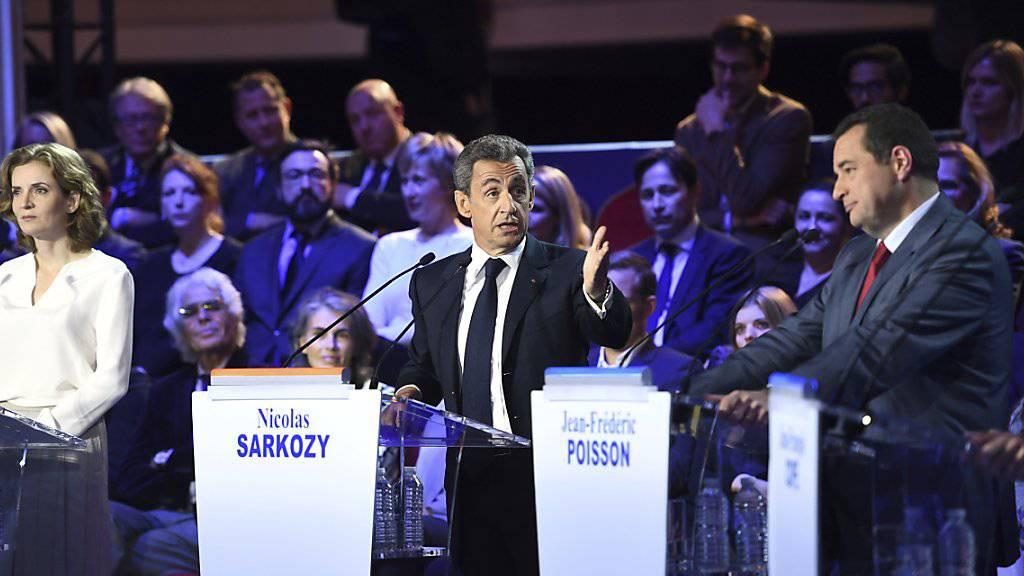 Muss sich bei der zweiten TV-Debatte gegen Vorwürfe wehren: Kandidat Nicolas Sarkozy (Mitte).