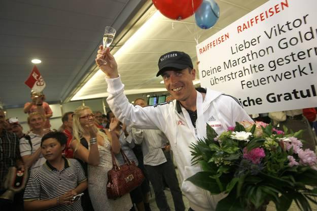 Viktor Röthlin wird in Zürich von zahlreichen Fans begrüsst