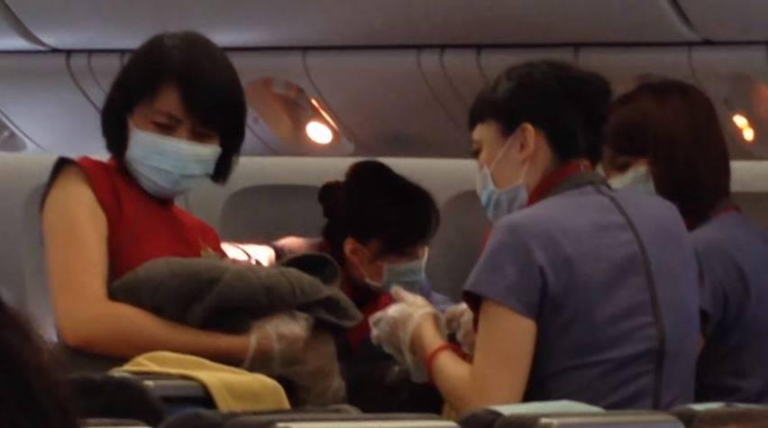 Kind im Flugzeug zur Welt gebraucht: Airline verklagt Mutter