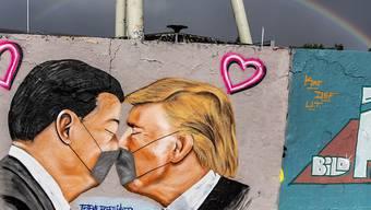 Trump heizt erneut Proteste gegen Corona-Massnahmen an: Mauerbild des Künstlers Freethinker von US-Präsident Donald Trump und seinem chinesischen Amtskollegen Xi Jinping im Mauer-Park von Berlin.