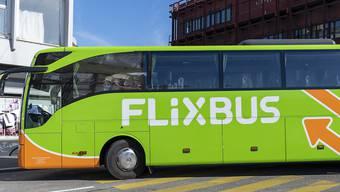Gleich zweimal waren Flixbusse in Deutschland in der Nacht zum Mittwoch in Unfälle verwickelt. In Süddeutschland wurden sieben Insassen verletzt. In der Nähe von Bremen geriet ein Bus während der Fahrt in Brand. Alle Insassen konnten rechtzeitig in Sicherheit gebracht werden. (Symbolbild)