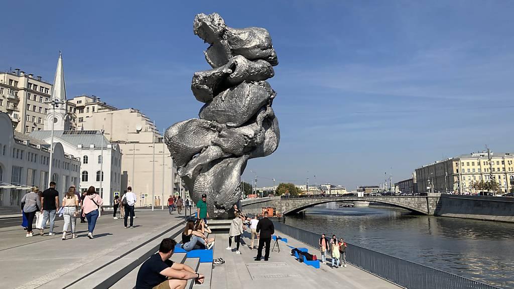 Die Skulptur «Big Clay #4» des Schweizer Künstlers Urs Fischer in Moskau. Foto: Hannah Wagner/dpa