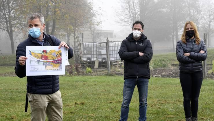 Der Klingnauer Stadtrat Kuno Schumacher (links) erläutert noch einmal das Projekt.