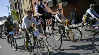 Historische Velos und Kleider: Der Tweed-Run lockte Hunderte nach London.