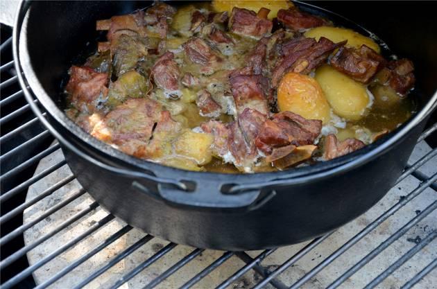 Globis Fleisch als Ragout auf dem Grill.