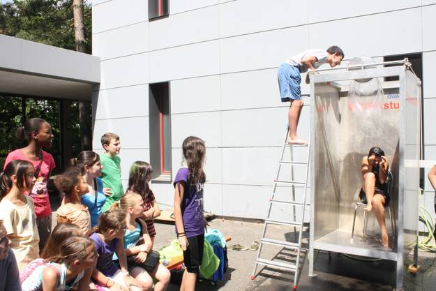 """Für eine kühle Erfrischung sorgt der """"Wasserstuhl"""", ein traditioneller Bestandteil des Rummelplatzes."""