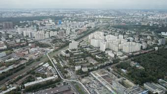 Plattenbauten in Moskau fallen