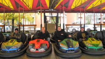 Der Autoscooter darf nicht fehlen: Die Männer um Schausteller Eugen Zanolla (im Ferrari) errichten die Attraktionen.