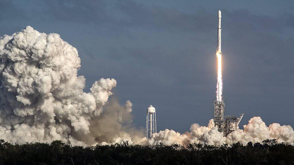 Die «Falcon Heavy» hebt in Cape Canaveral ab: Sie ist die grösste derzeit genutzte Trägerrakete der Welt.