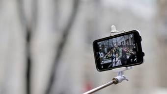 Zu gefährlich: Der Europa-Park in Rust verbietet die immer populärer werdenden Selfie-Sticks (Archivbild).