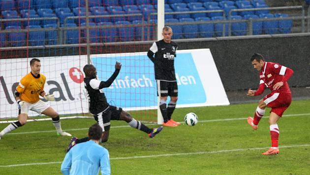 Die Basler wollen sich für höhere Aufgaben empfehlen, wie hier im November 2012 beim Cup-Spiel gegen den FC Zürich (in Rot). Keystone