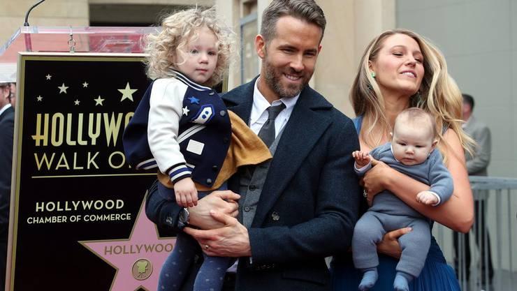 Wenn was ist, wollen sie ihren Kindern helfen können: Ryan Reynolds und Blake Lively mit ihren beiden Töchtern. (Archivbild)