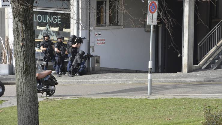 Die Polizisten der Spezialeinheit bringen sich in Stellung.