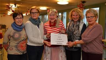 Die 3600 Franken, welche von Gitti Buser (ganz links), Regi Lüthi (2. v. links) und Bernadette Willemin (ganz rechts) an Sonja Leuenberger, die Leiterin des Alterszentrums (2. von rechts), übergeben wurden, hat die Gemeinnützige Gesellschaft im Brockenhaus erwirtschaftet.