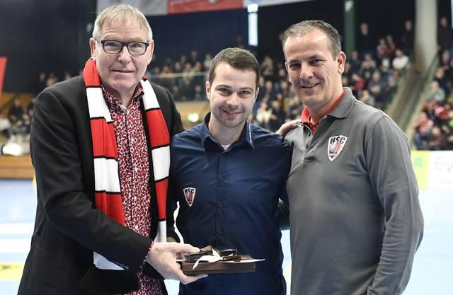 HSC-Geschäftsführer Lukas Wernli (M.) erhält anlässlich seines 29. Geburtstages ein Präsent von Vereinspräsident René Zehnder (l.) und Sportchef Michael Conde überreicht.