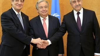 Zyperns Präsident Nicos Anastasiades (l) und der Anführer der türkischen Zyprer, Mustafa Akinci (r) mit UNO-Generalsekretär Antonio Guterres (Archiv)
