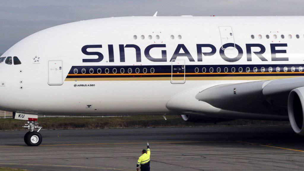 Ein deutscher Fondsanbieter will zwei Airbus A380, die Singapore Airlines geleast hatte, als Ersatzteillager verscherbeln. (Archiv)