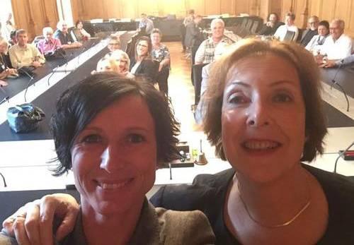 Dieses Selfie von Pascale Bruderer und Christine Egerszegi und den az-Lesern im Hintergrund postete Bruderer auf Twitter.