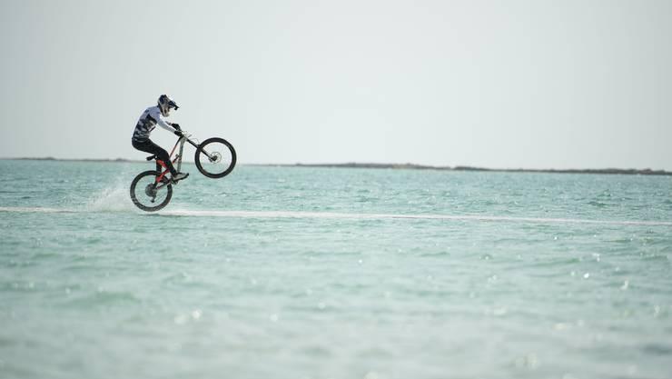 Fabio Wibmer fährt sogar übers Wasser.