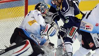 Fribourg-Goalie Conz wehrt einen Angriff von Ambris Pestoni ab
