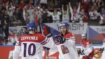 Roman Cervenka von Fribourg-Gottéron feiert mit Teamkollege Jan Rutta den Treffer zum 3:1 gegen Weissrussland. Am Ende gewinnen die Tschechen 6:1