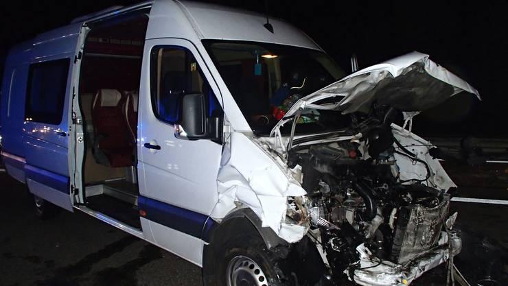 Der Lieferwagen kollidierte mit einem Signalisationsfahrzeug