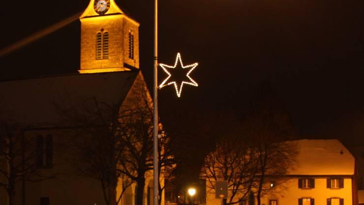 Kirche Dorfstrasse mit Adventsbeleuchtung