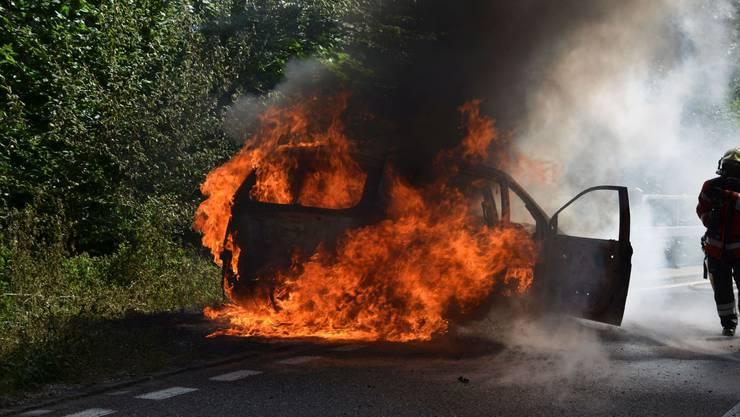 Wegen eines technischen Defekts ging in Röschenz ein Auto in Flammen auf.