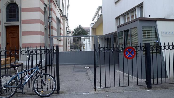 Das graue Eisentor ist die sichtbarste Sicherheitsmassnahme der Israelitischen Gemeinde Basel. Nicole Nars-Zimmer