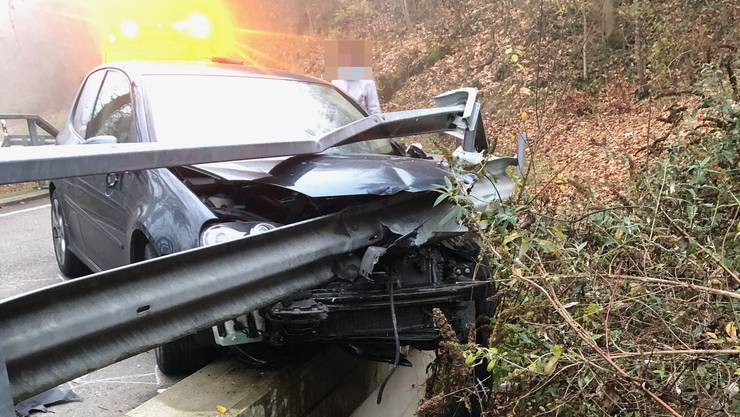 Das Auto kollidierte mit einer Leitplanke.