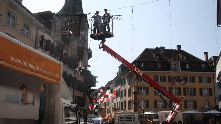 Verdutzte Blicke gestern in der Altstadt: Ein Teil der bereits aufgezogenen HESO-Fahnen werden tatsächlich durch die Weihnachtsbeleuchtung ersetzt.