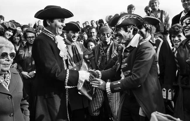 Roger Schawinski erhält vom damaligen Stadtpräsident Thomas Wagner die «Stadtschlüssel», 1983